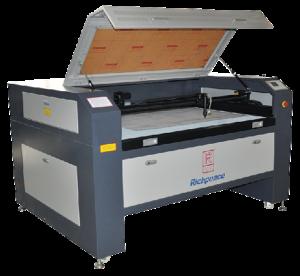 Masini de taiere cu laser simple sau cu camera pentru recunoastere logo